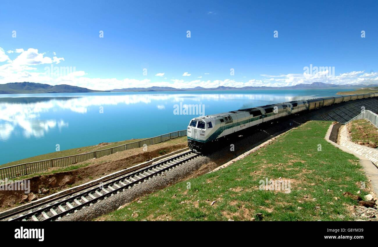(160630) -- BEIJING, June 30, 2016 (Xinhua) -- File hoto taken on July 20, 2006 shows a train running on the Qinghai - Stock Image