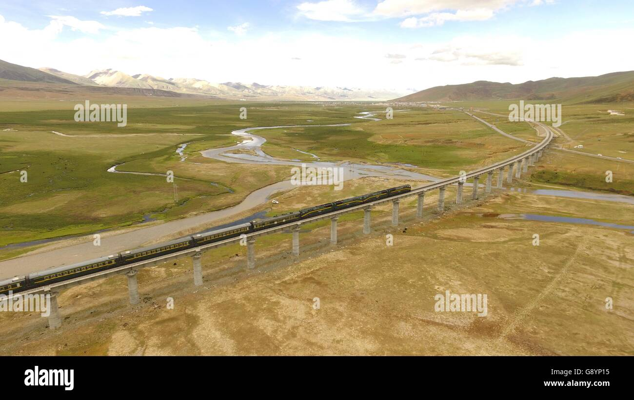 (160630) -- LHASA, June 30, 2016 (Xinhua) -- File photo taken on June 21, 2016 shows a train passing through northern - Stock Image