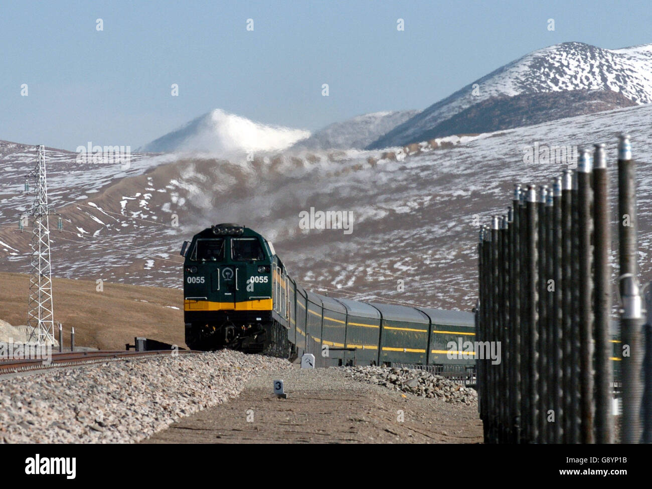 (160630) -- LHASA, June 30, 2016 (Xinhua) -- File photo taken on June 13, 2007 shows a train passing the experimental - Stock Image