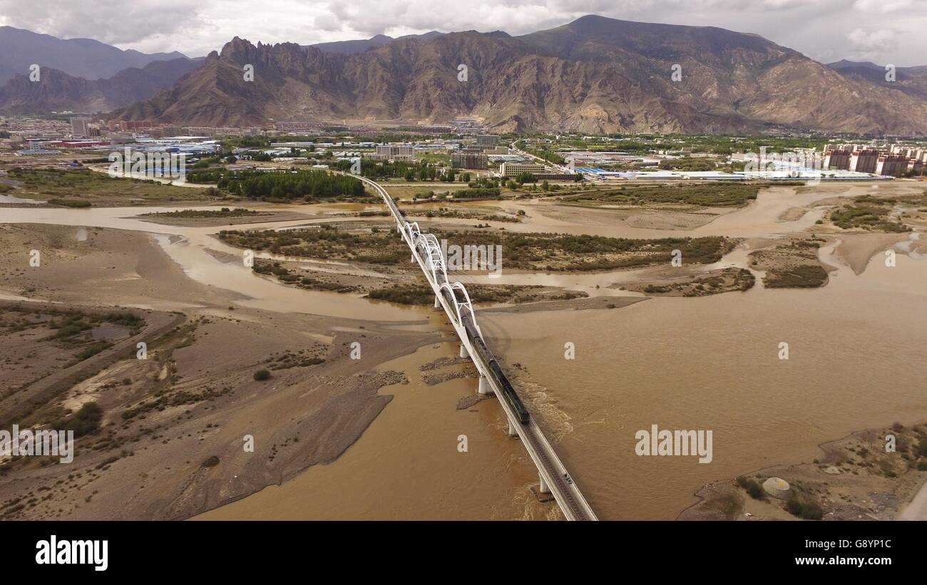 (160630) -- LHASA, June 30, 2016 (Xinhua) -- File photo taken on June 20, 2016 shows a train running on the grand - Stock Image