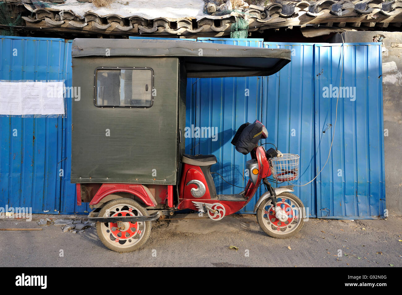 Rickshaw parked in a hutong in Beijing, China - Stock Image