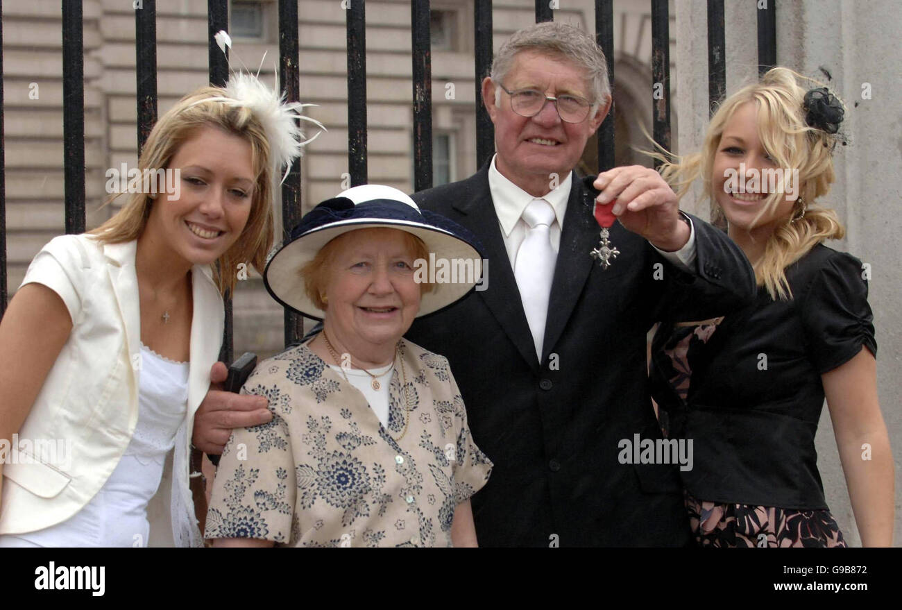 Johnny Whiteley, wife Joan and his daughters Lisa and Sheridan at Buckingham Palace, after he received an MBE from - Stock Image