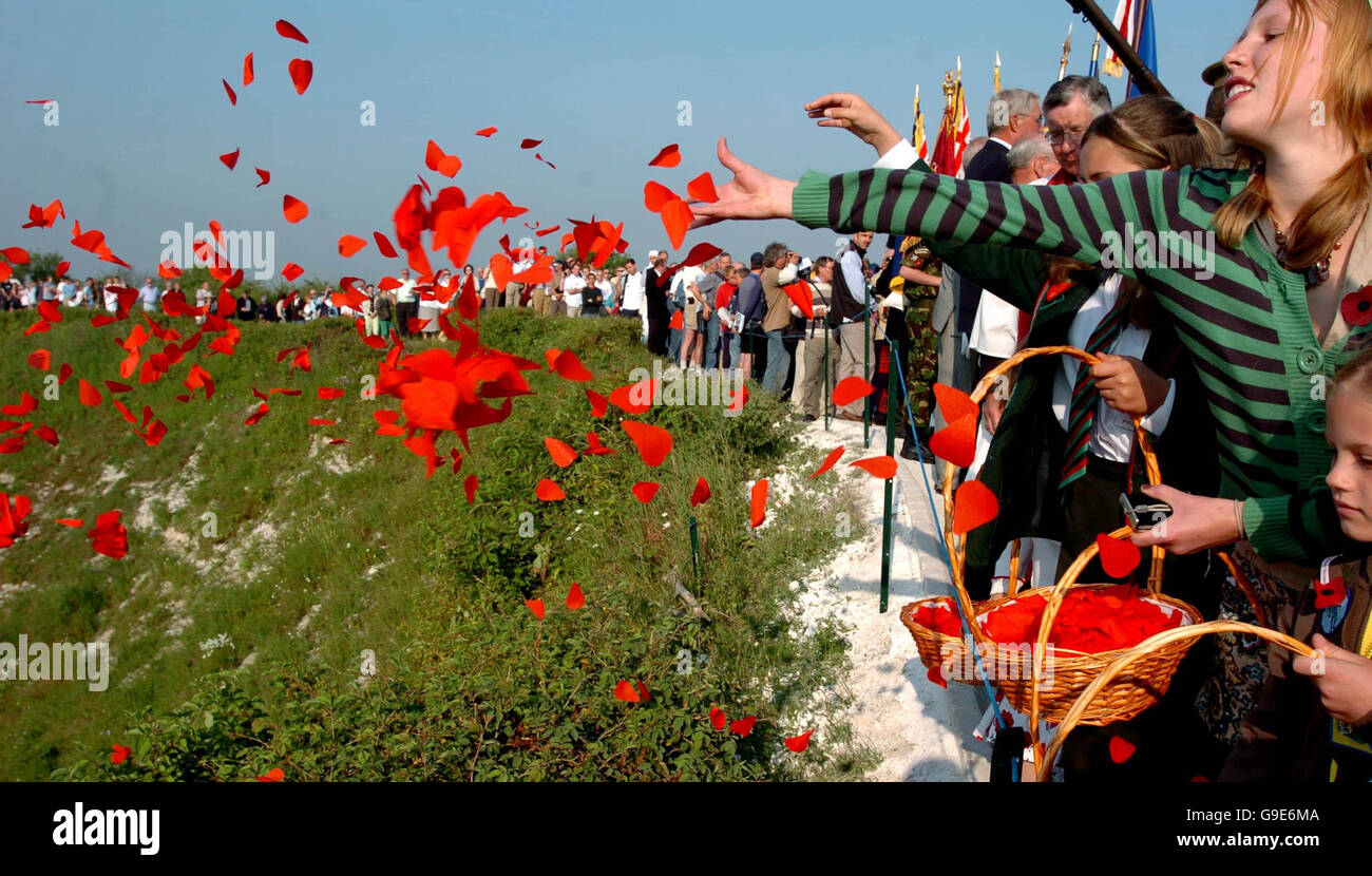 Somme Memorial 90 Years : Children release poppy petals during the Battle of the Somme memorial service into Lochnagar - Stock Image
