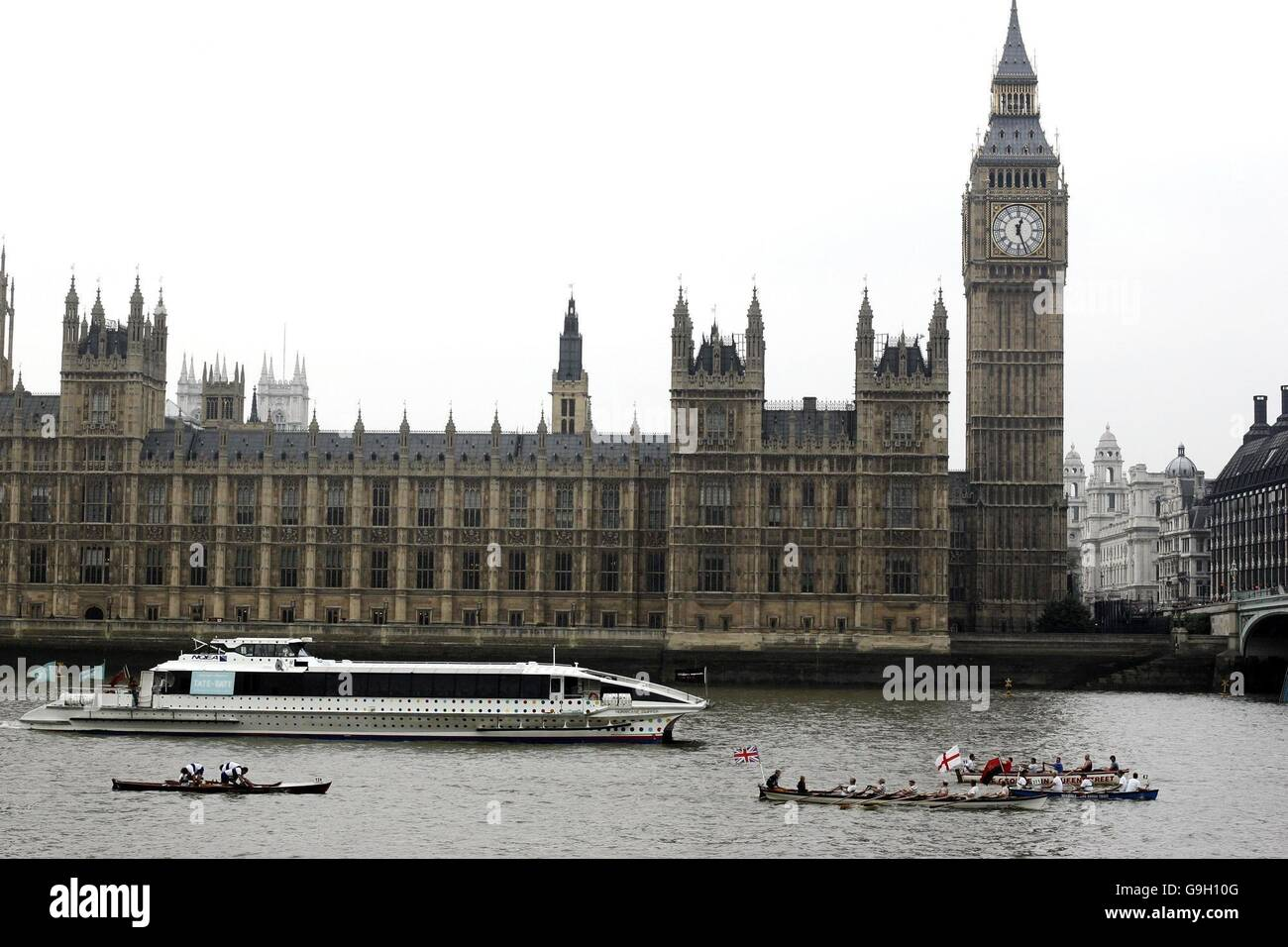 Boats go past the Houses of Parliament in central London as they take part in The Great River Boat Race 2006, from - Stock Image