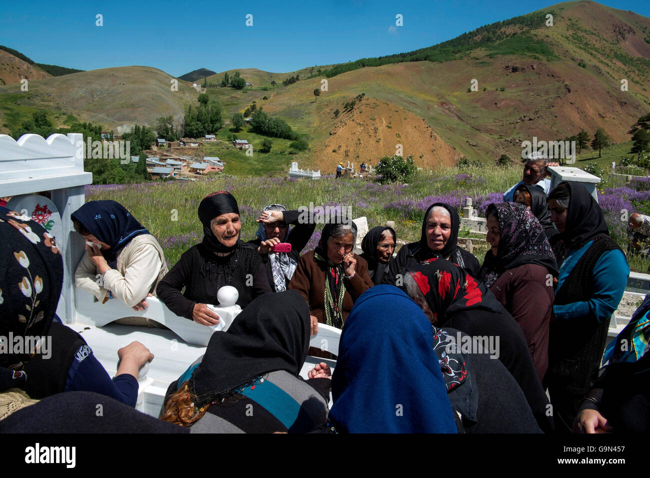 Alevi (Alawi) women  who weeps in cemetery. - Stock Image