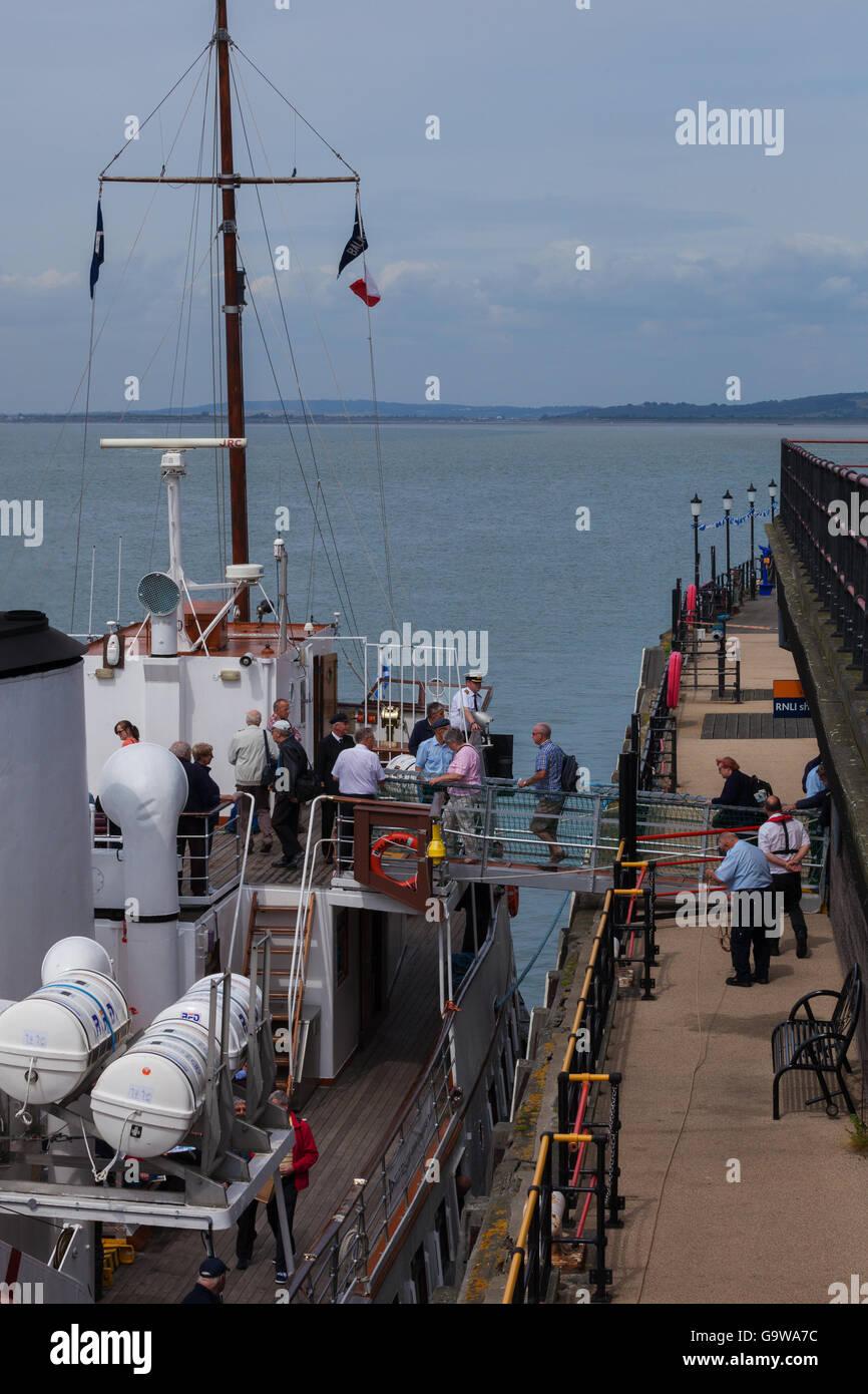 MV Balmoral Embarking Passengers at Southend-on-Sea Pier Stock Photo