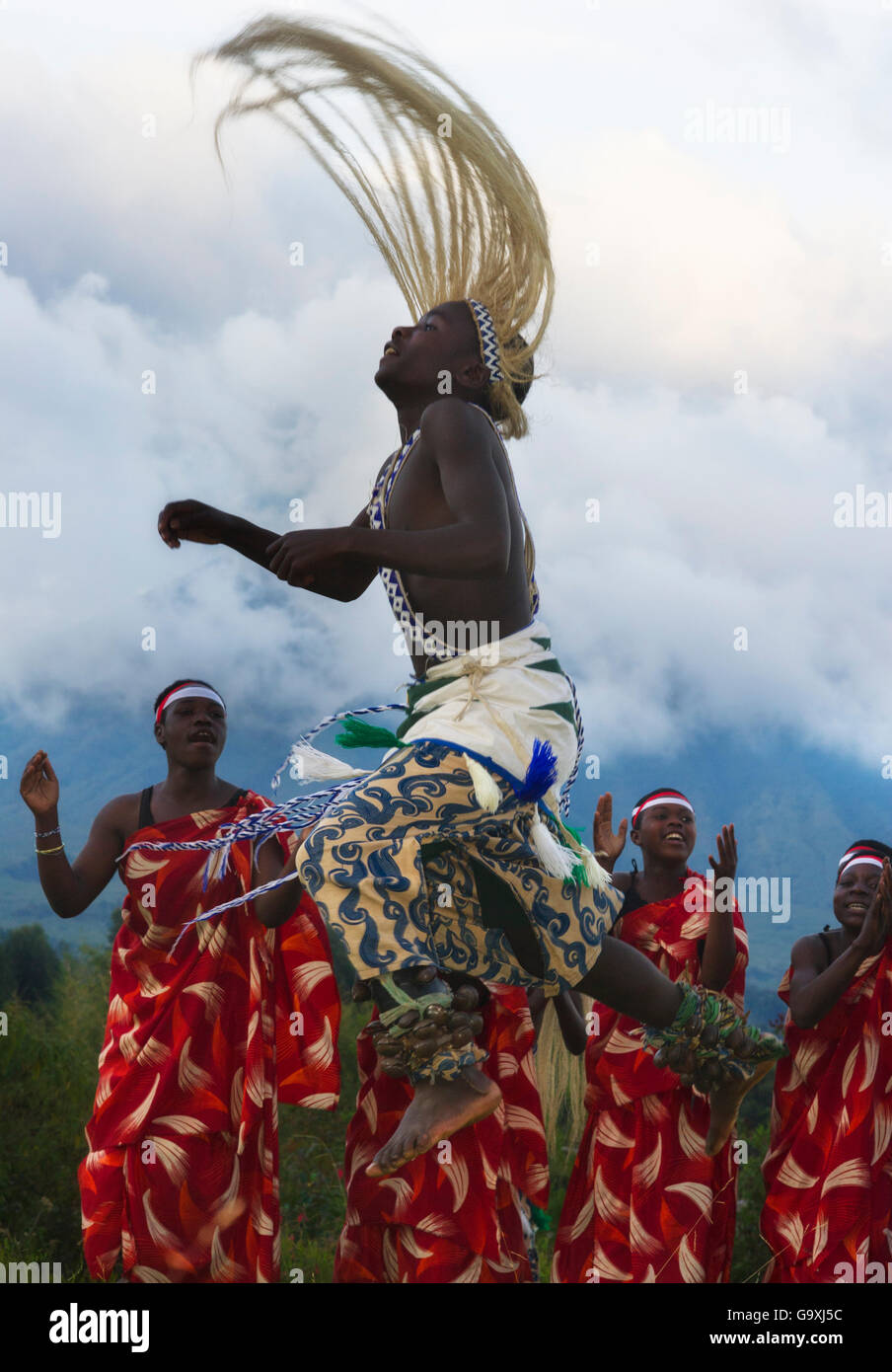 Local Intore dancer with straw headdress. Volcanoes National Park, Virungas,  Rwanda. February 2012. - Stock Image