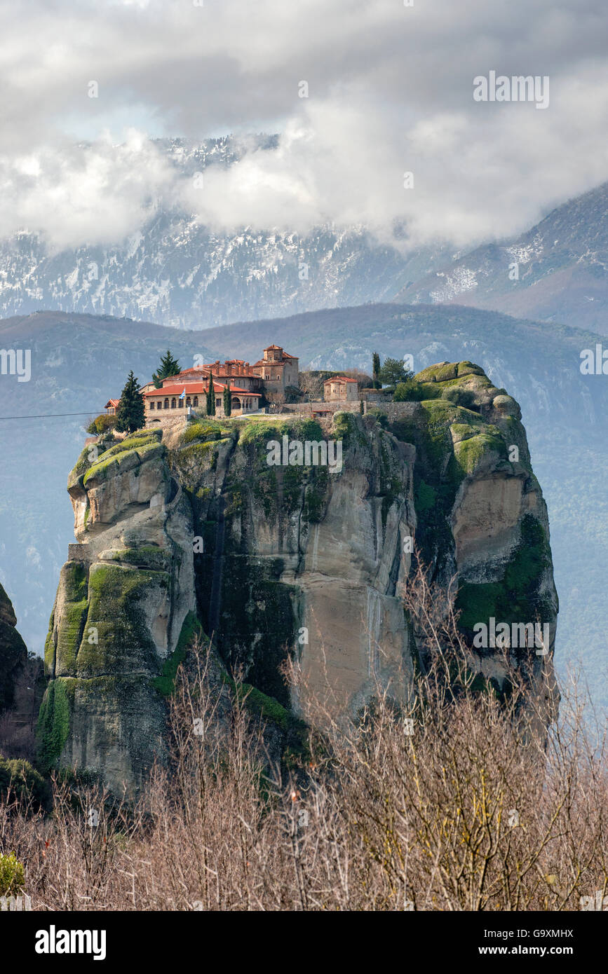 Holy Trinity Monastery,  Greek Orthodox rock monastery in Meteora. In the background the Pindus Mountain Range with - Stock Image