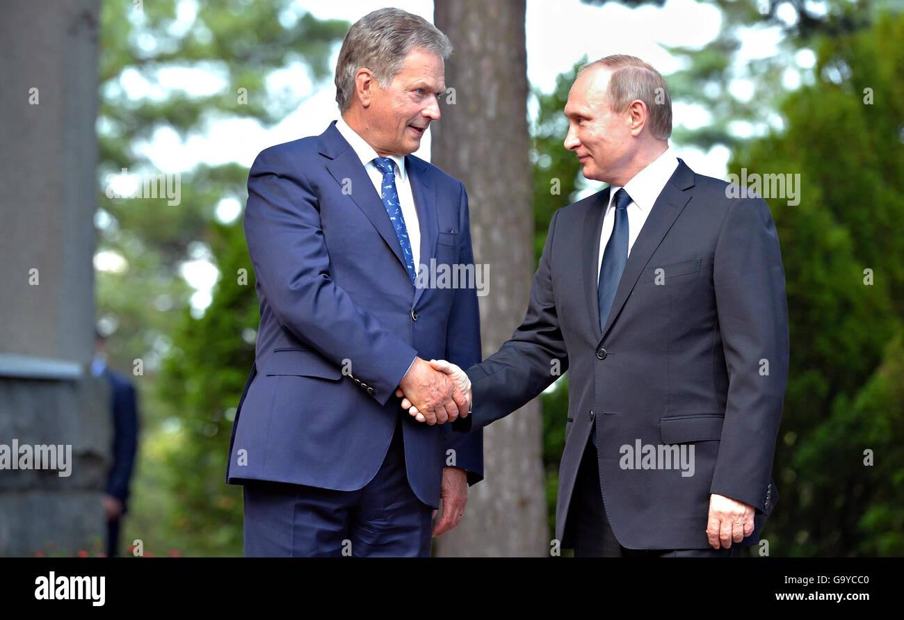 Naantali, Finland. 01st July, 2016. Finnish President Sauli Niinisto greets Russian President Vladimir Putin on - Stock Image