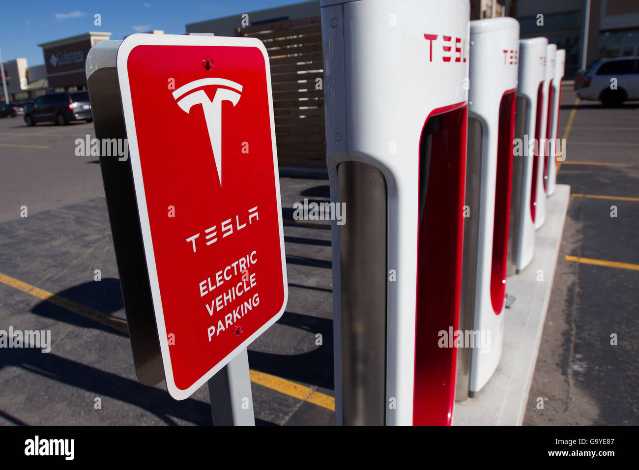 Kingston, Ontario, Canada. 3rd Nov, 2015. Tesla Motors recharging units at King's Cross outlet mall in in Kingston, Stock Photo