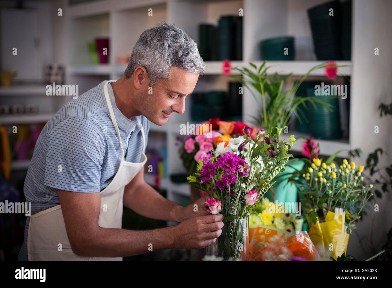 Florist preparing a flower bouquet - Stock Image