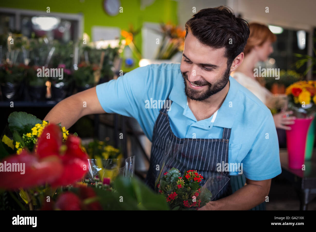 Male florist arranging flower bouquet - Stock Image