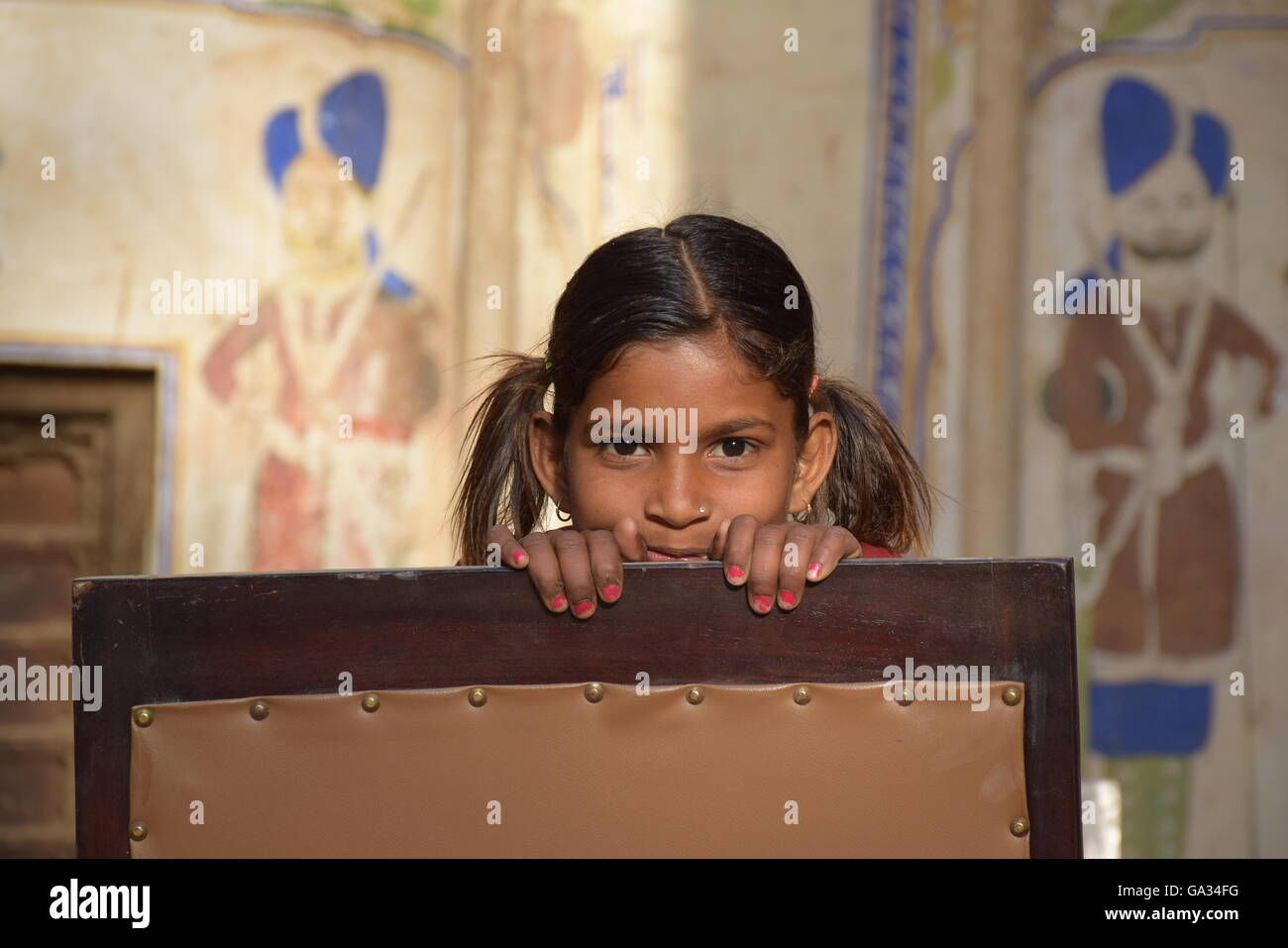 Portrait of an indian child looking at the camera in Mandawa, Rajasthan (India) - Stock Image