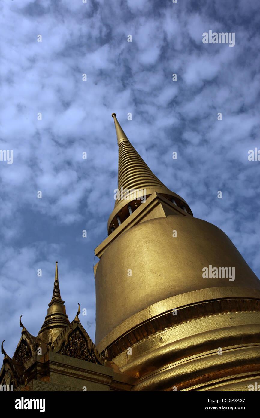 Der Chedi Phra Si Rattana im Wat Phra Keo im Tempelgelaende beim Koenigspalast im Historischen Zentrum der Hauptstadt - Stock Image