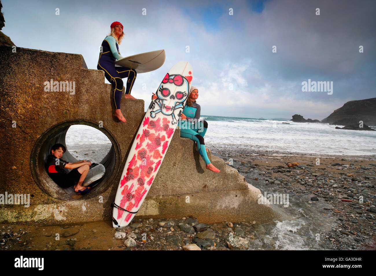Surfers on Trevaunance Cove at St. Agnes, Cornwall. EDITORIAL USE ONLY. - Stock Image