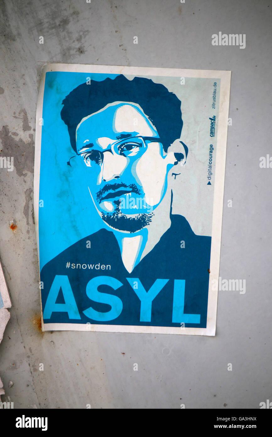 verblichener Sticker 'Asyl fur Edward Snowden', Berlin. - Stock Image