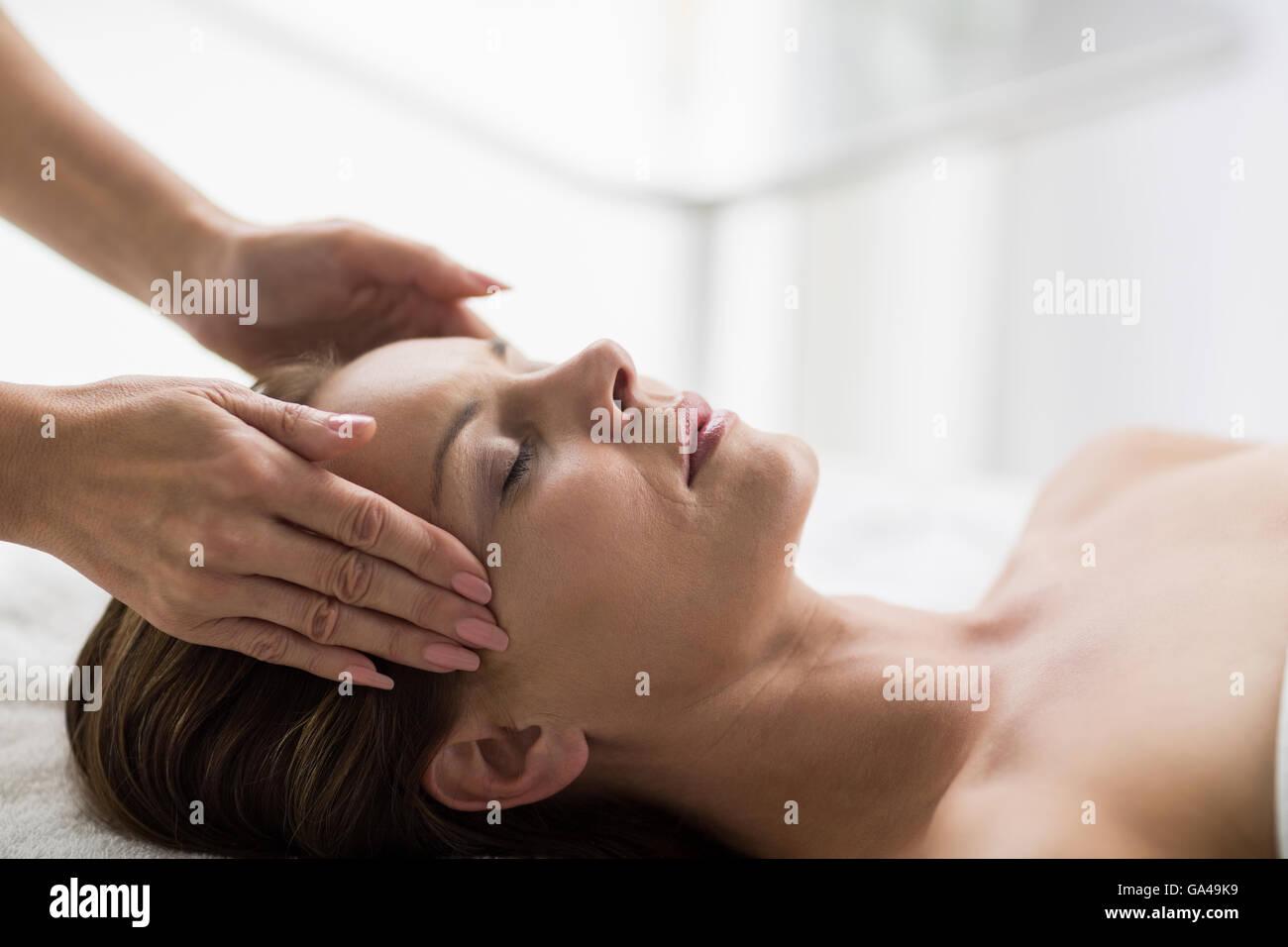 Massuer treating customer in spa - Stock Image
