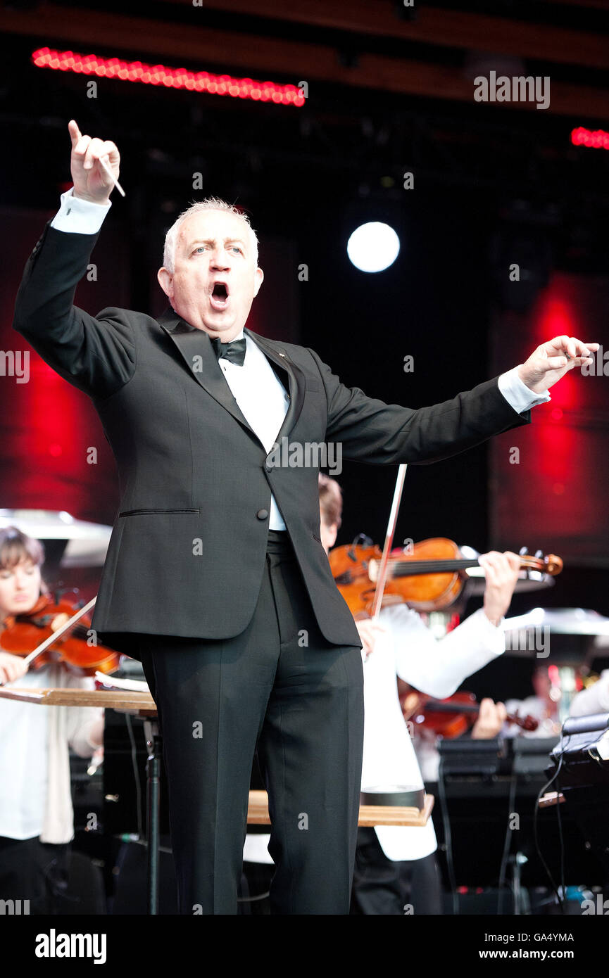 Maestro Bramwell Tovey conducts the Vancouver Symphony Orchestra during a Canada Day concert at the Whistler Olympic - Stock Image