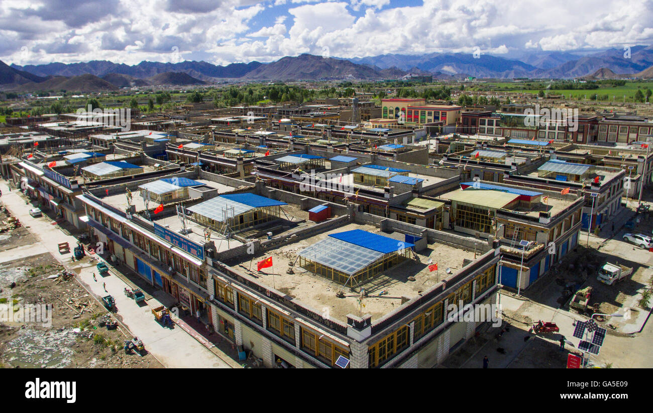 Lhasa. 15th June, 2016. Photo taken on June 15, 2016 shows a village in Xigaze, the second largest city in southwest - Stock Image