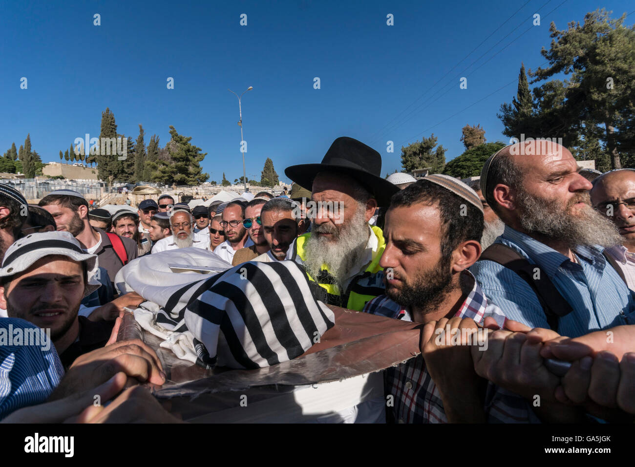 Israel. 3rd July, 2016. Jerusalem. Mourners carry the body of Michael Mark,  a father of ten killed killed by palestinian - Stock Image