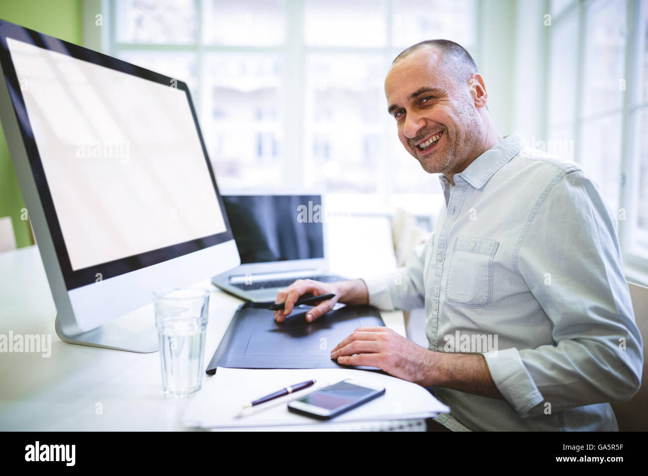 Graphic designer using computer - Stock Image