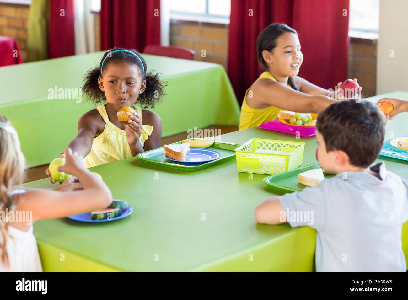 Schoolchildren having breakfast - Stock Image