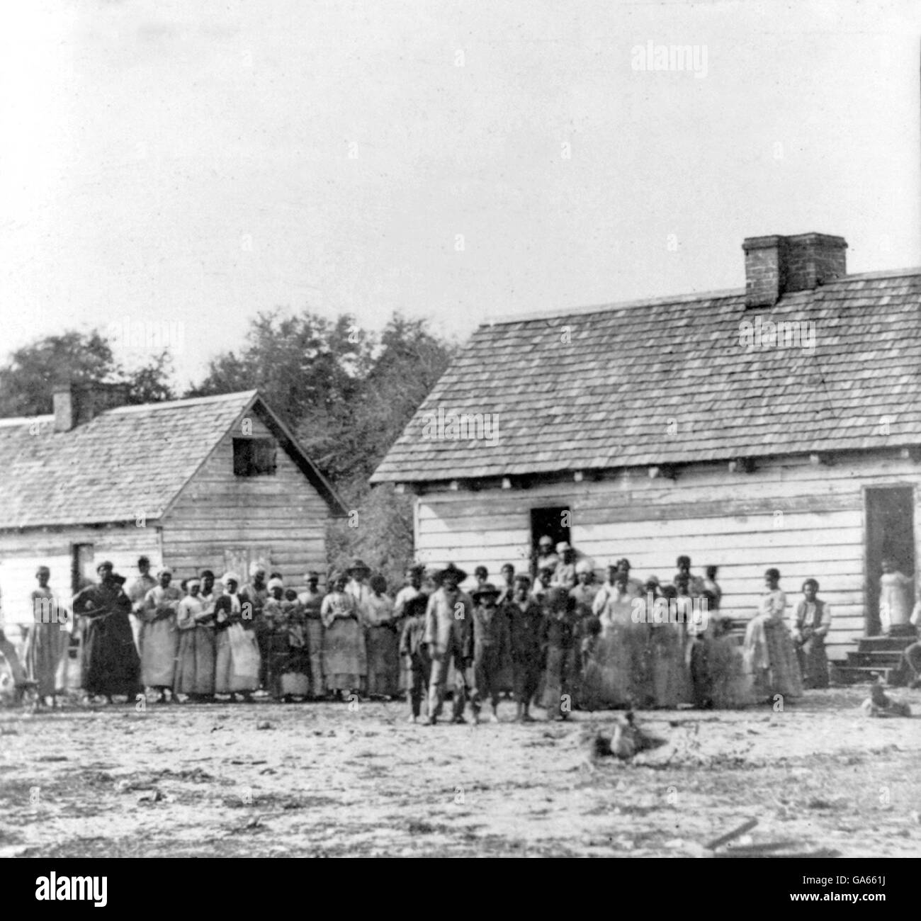 Slavery, USA. Large group of slaves standing in front of buildings on Smith's Plantation, Beaufort, South Carolina. - Stock Image