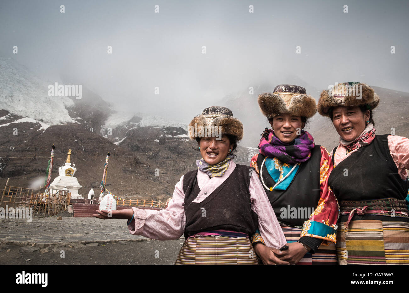 Tibetan women in traditional costumes welcome visitors at Silima mountain scenic area. Silima mountain is in Gyantse, - Stock Image