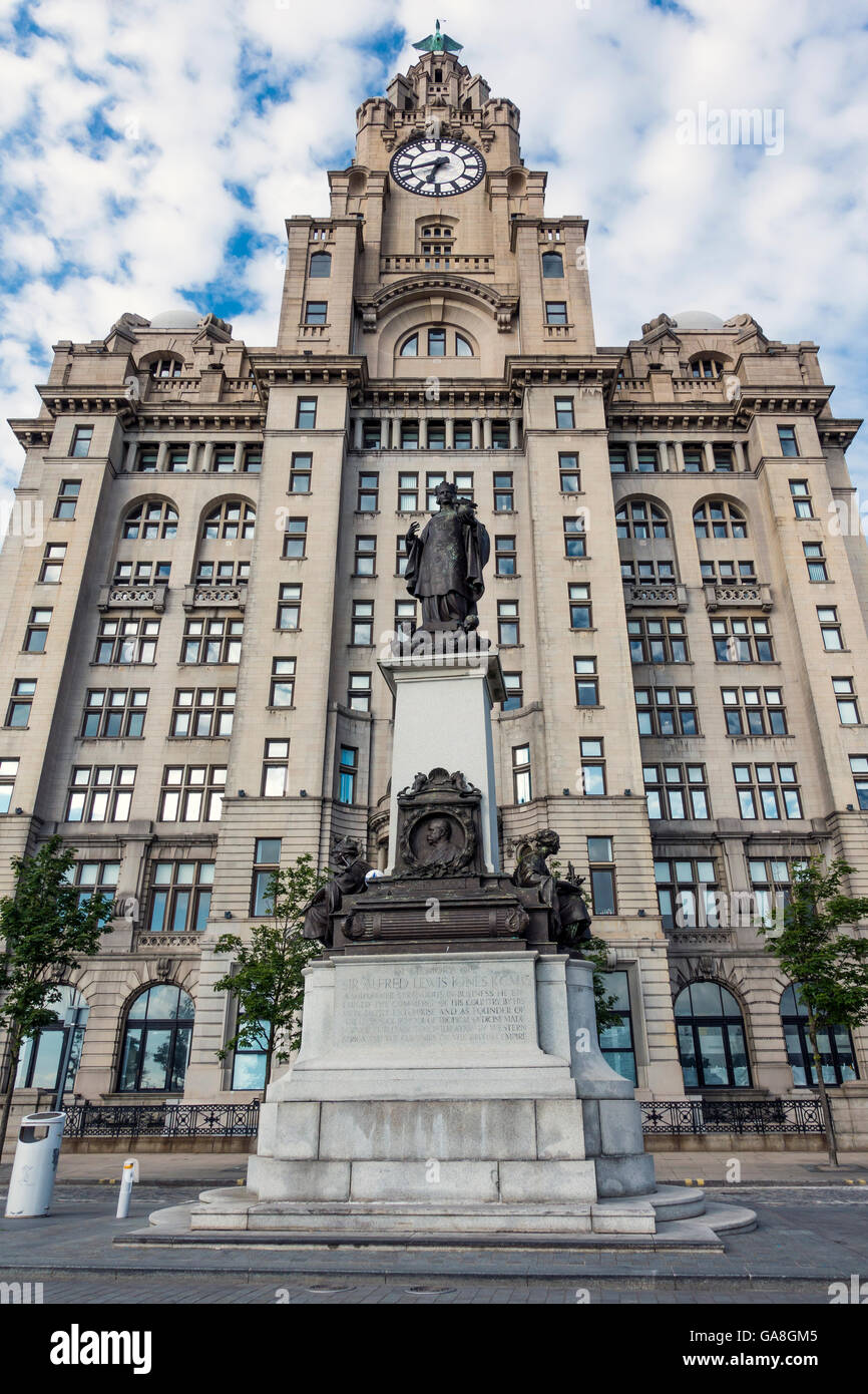 Sir Alfred Lewis Jones Memorial fronting the Royal Liver Building.  Statue of 'Liverpool' on Top. - Stock Image