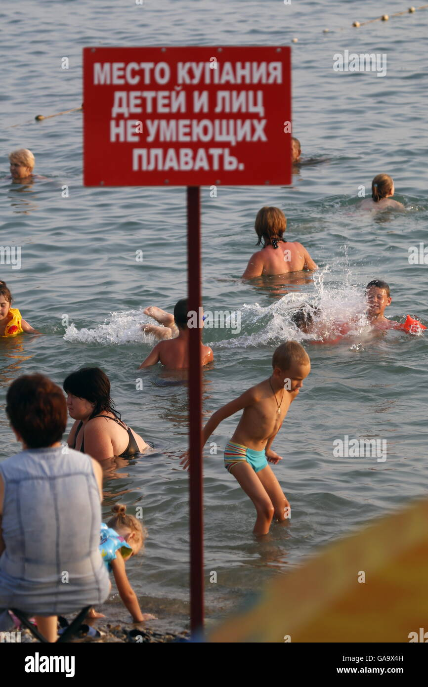 GELENDZHIK, RUSSIA - AUGUST 1, 2016: A crowded beach by the Black Sea. Valery Matytsin/TASS - Stock Image