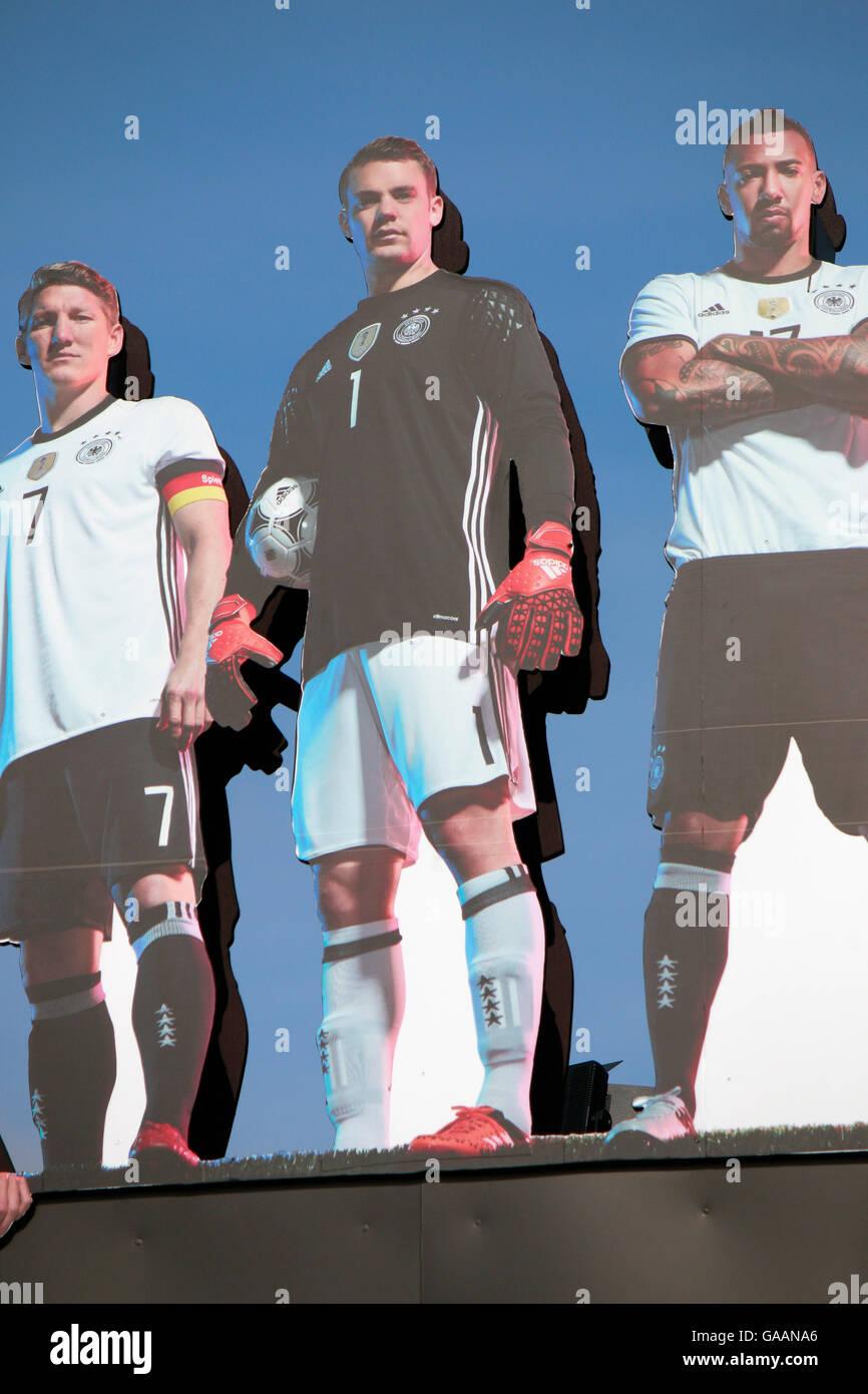 Bilder von Bastian Schweinsteiger, Manuel Neuer, Jerome Boateng - 'Die Mannschaft' - Impressionen: Fanmeile, - Stock Image