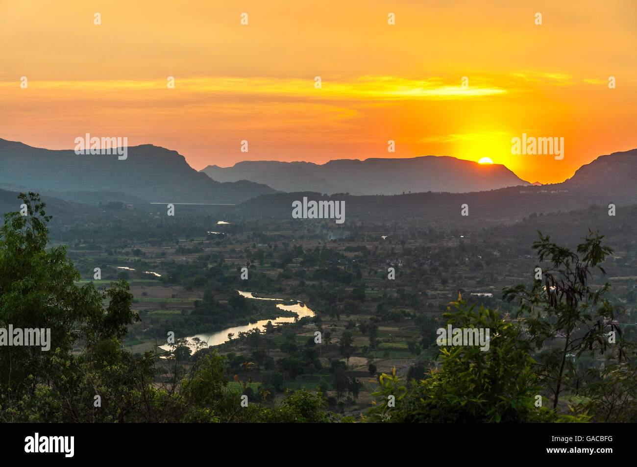 Sunset over Mulshi Valley and River Mula near Paud, Maharashtra, India - Stock Image