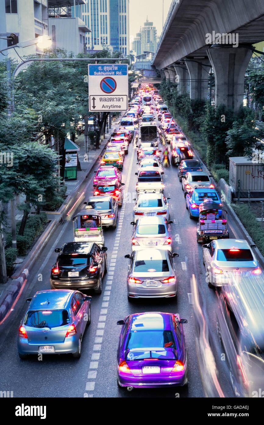 Traffic on the Sukhumvit road in Bangkok - Stock Image