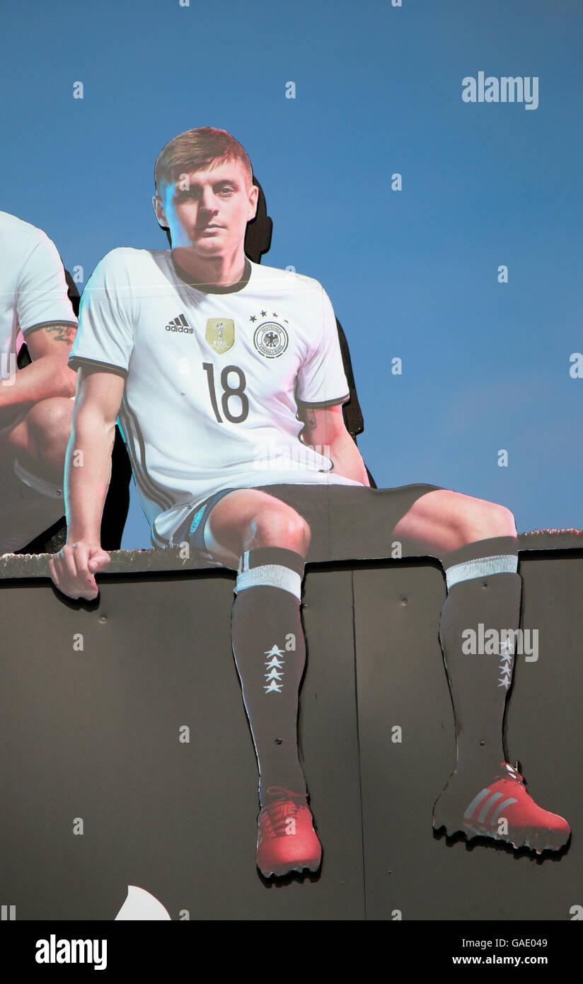 Bild von Toni Kroos  - 'Die Mannschaft' - Impressionen: Fanmeile, Strasse des 17. Juni, Juni 2016, Berlin. - Stock Image