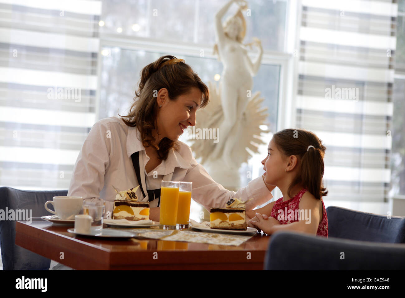 Mother and daughter sitting in a café - Stock Image