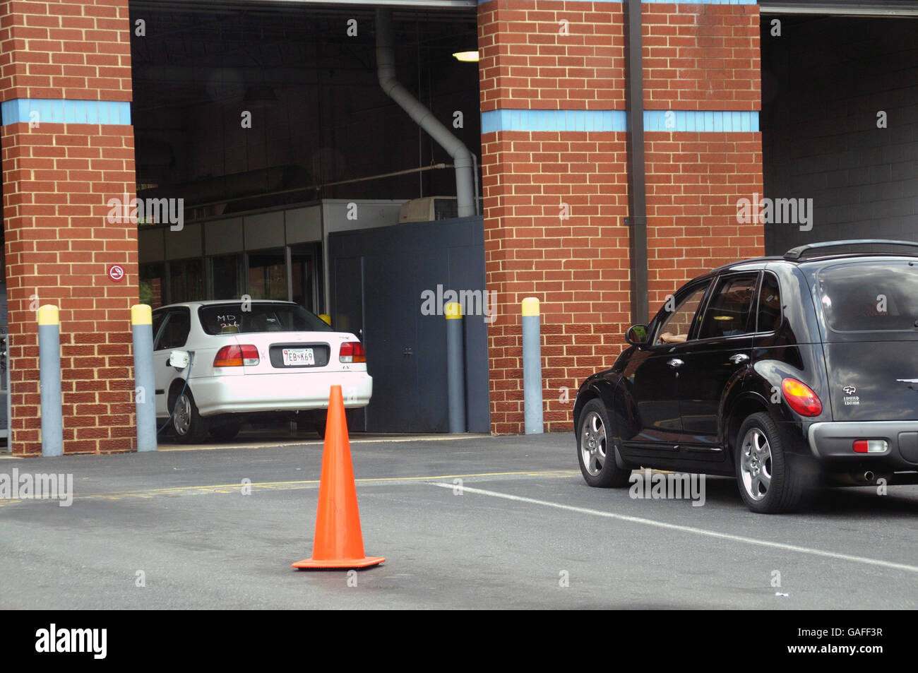 Cars at the emissions center in Ardmore, Maryland - Stock Image