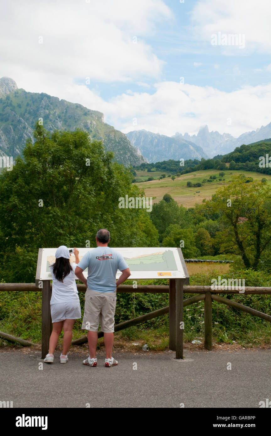 Couple at the viewpoint. Arenas de Cabrales, Asturias, Spain. - Stock Image