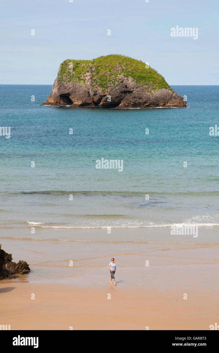 Woman walking in Borizu beach. Barro, Asturias, Spain. - Stock Image