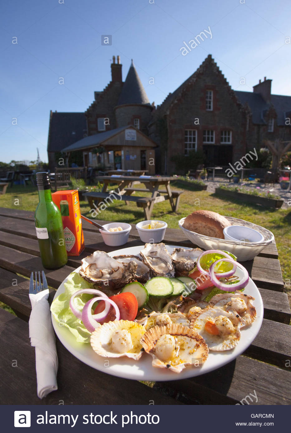 A platter of oysters, queen scallops and salad served at the Skipness Seafood Cabin, Kintyre, Argyll, Scotland. - Stock Image