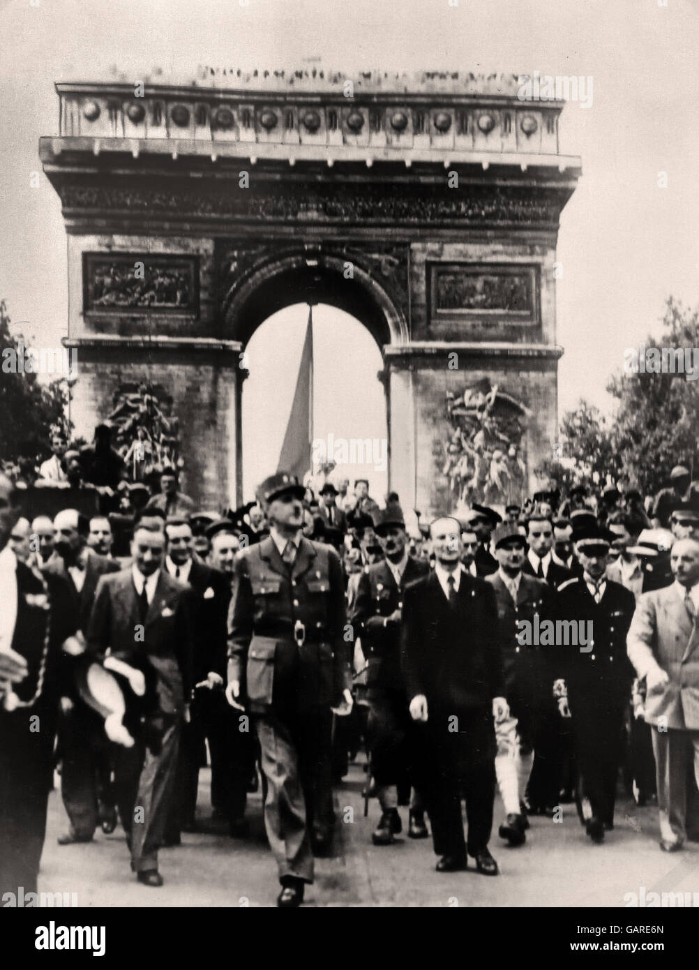 President Charles de Gaulle marching into Paris - Arc de Triomphe 25 august 1944 France ( Second World War 2 II - Stock Image