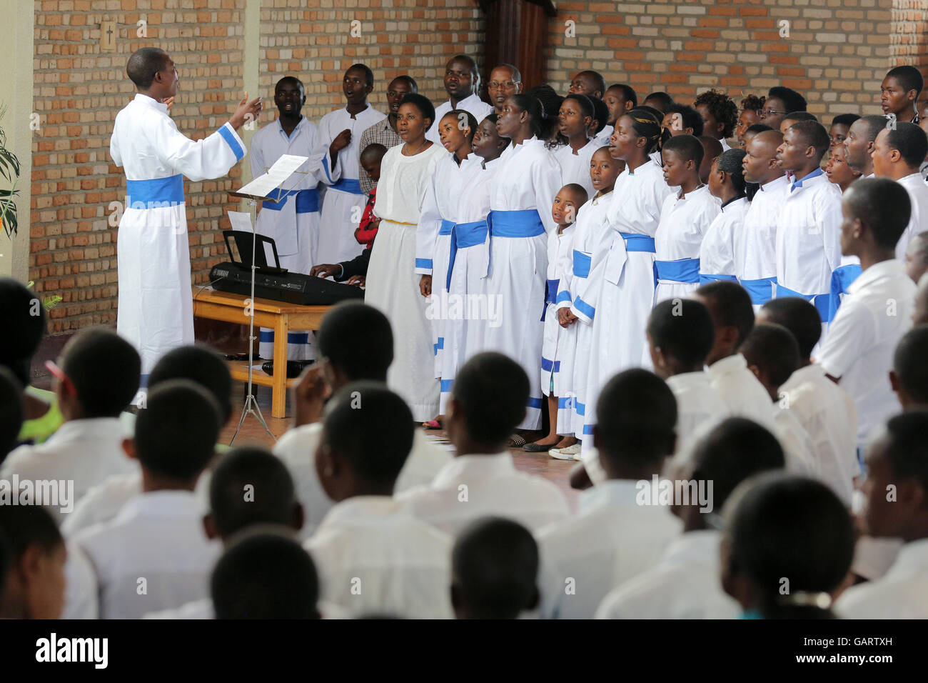Church choir during Sunday Mass in the church of the pilgrimage town KIBEHO in Rwanda, Africa. In 1981 the 'Virgin - Stock Image