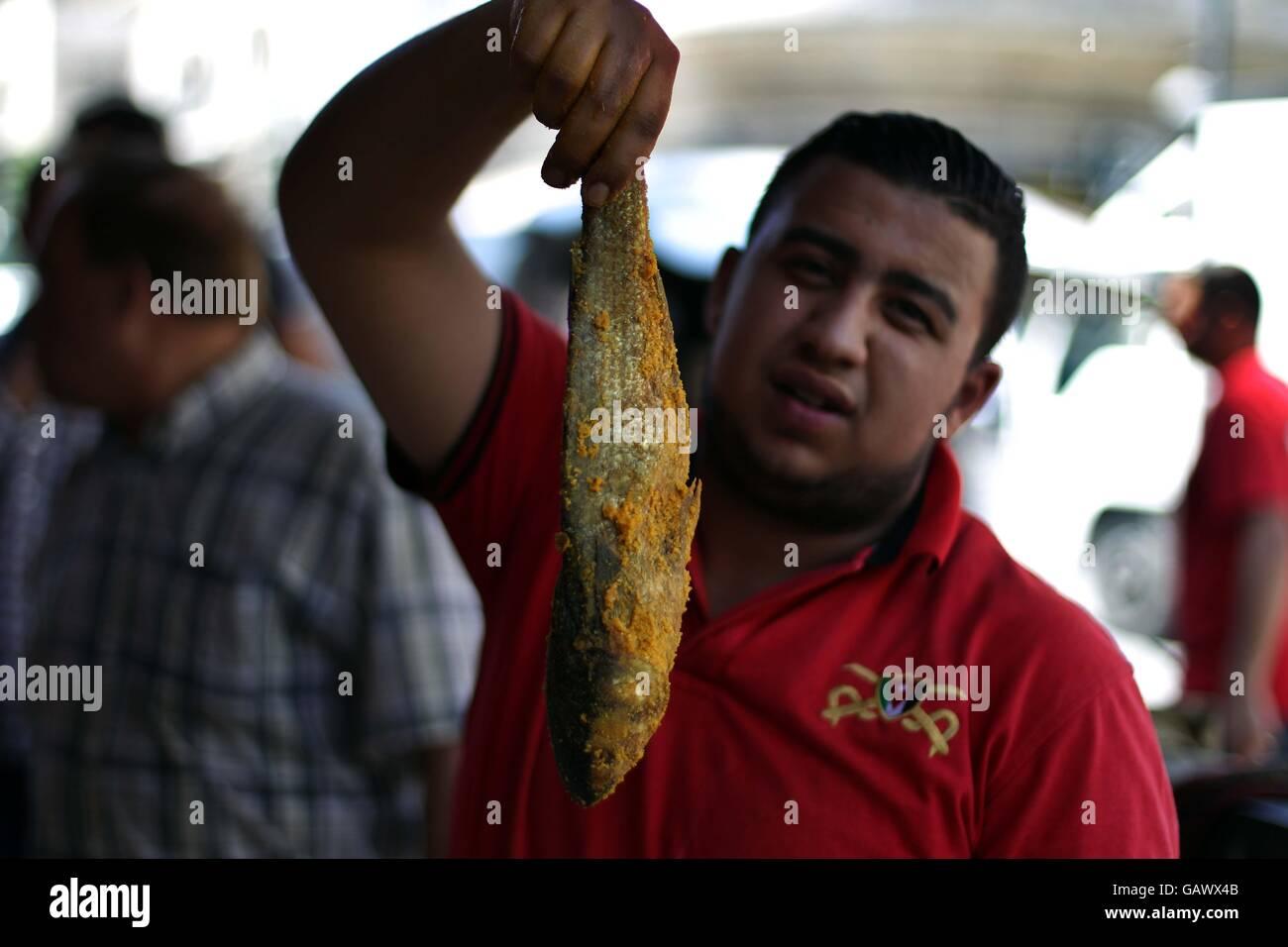 Best Jordan Eid Al-Fitr Food - amman-5th-july-2016-a-jordanian-man-sells-pickled-fish-in-amman-jordan-GAWX4B  Image_679185 .jpg