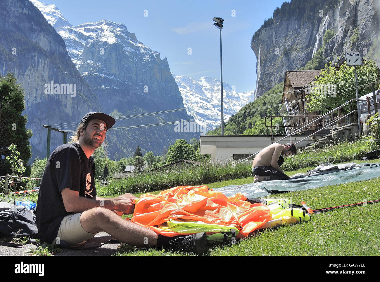 Lauterbrunnen, Switzerland. 26th May, 2016. Bob from Australia packing up his parachute in Lauterbrunnen, Switzerland, - Stock Image