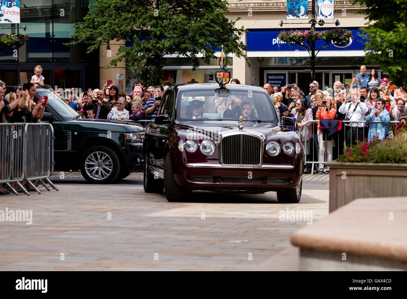 Dundee, Tayside, Scotland, UK. July 6th 2016. Her Majesty The Queen and His Royal Highness Prince Philip arriving Stock Photo