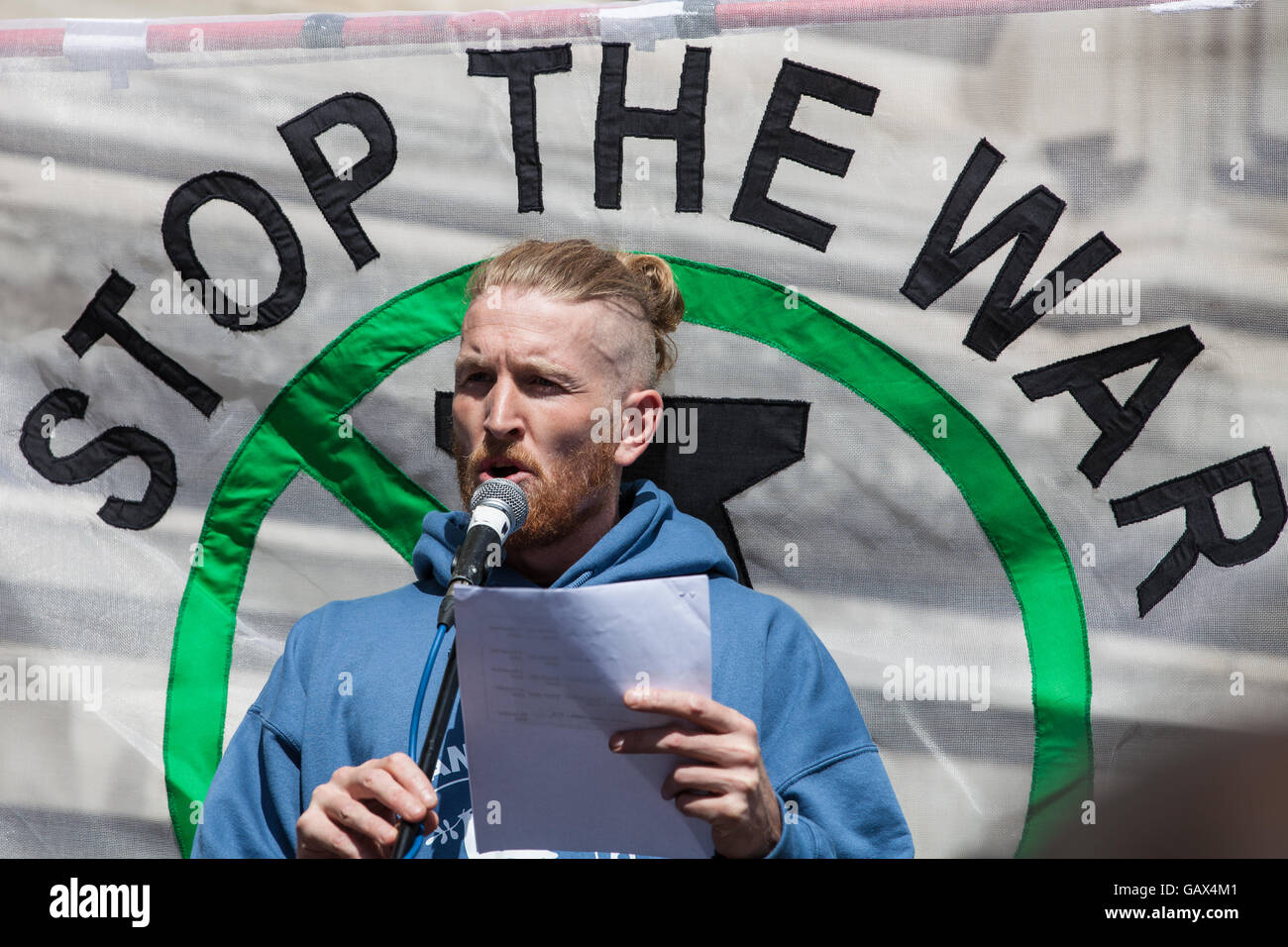 London, UK. 6th July, 2016. A former soldier from Veterans For Peace addresses protesters waiting for the publication Stock Photo