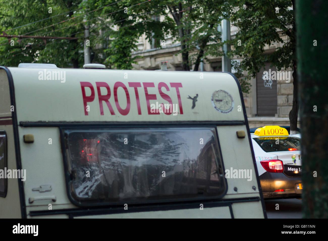 Chisinau, Moldova - May 21, 2016: Protester caravan near the government building in Chisinau, the Republic of Moldova - Stock Image