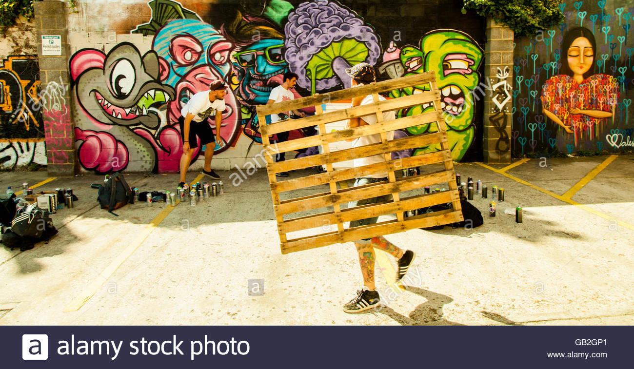 Brighton Graffiti artists painting a wall Stock Photo: 110080489 - Alamy