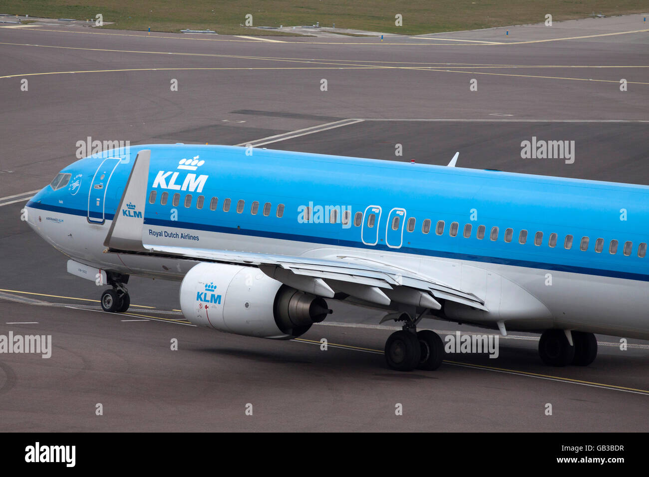 AMSTERDAM, THE NETHERLANDS - Maart 15, 2015 Blue airplane taxiing aircraft to wipe the runway for the next commercial - Stock Image