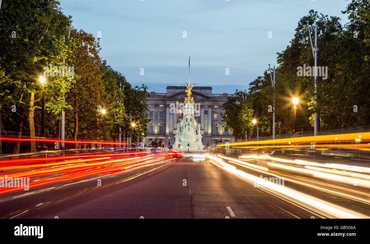 The Mall Victoria Monument and Buckingham Palace at Night London UK - Stock Image