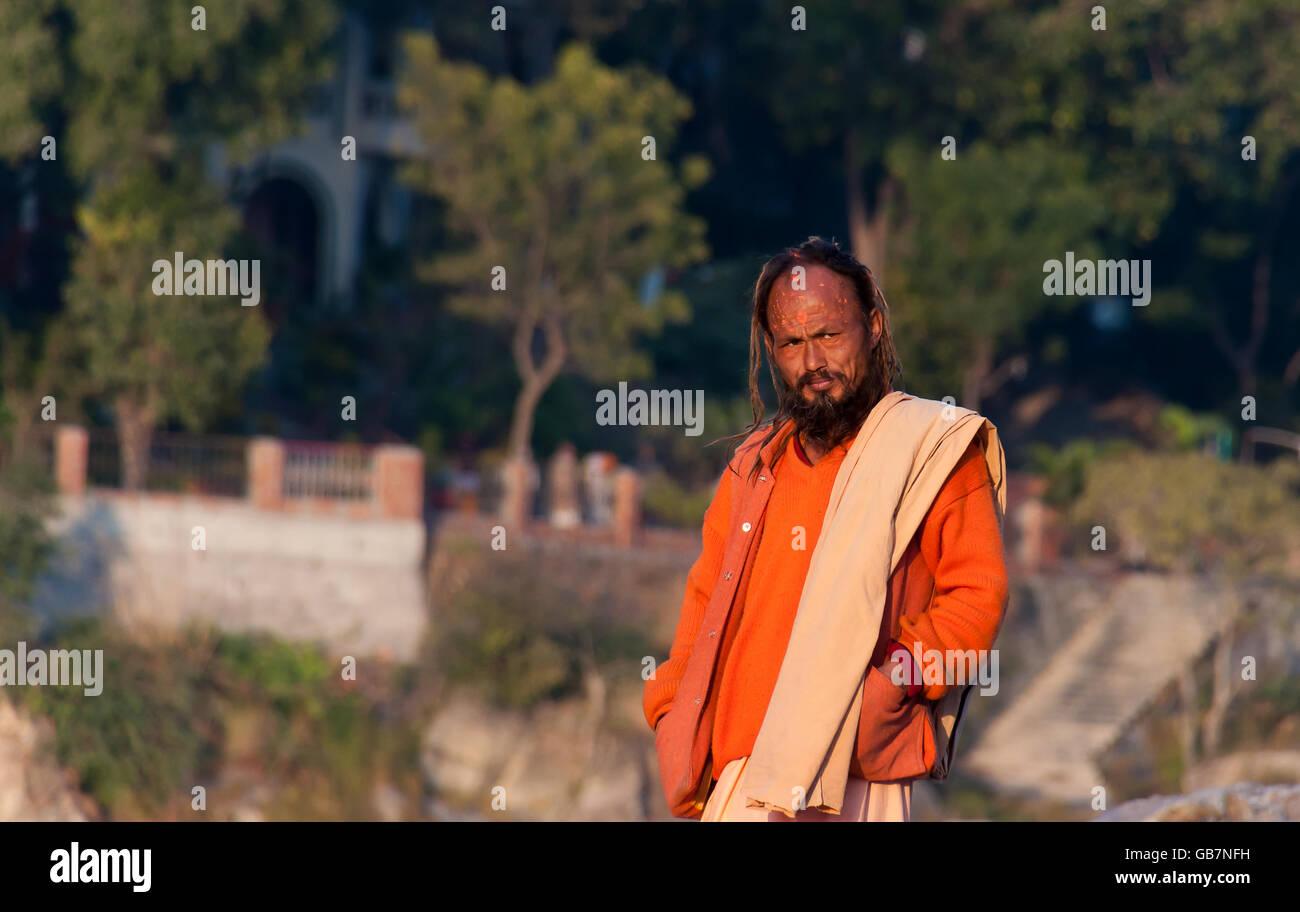 Unidentified Indian sadhu on the beach near River Ganga - Stock Image